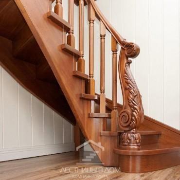 Деревянная лестница с резным столбом из дуба, г. Раменское