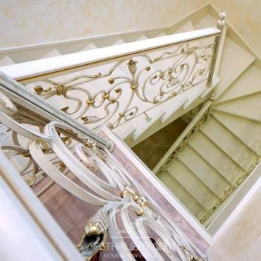 Лестница с кованым ограждением и золотой патиной г. Раменское