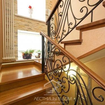 Дубовая лестница с кованым ограждением и подсветкой г. Раменское